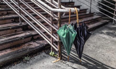 仲の良い夫婦みたいに並んだ傘