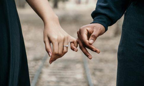 指切りで約束をしているカップル